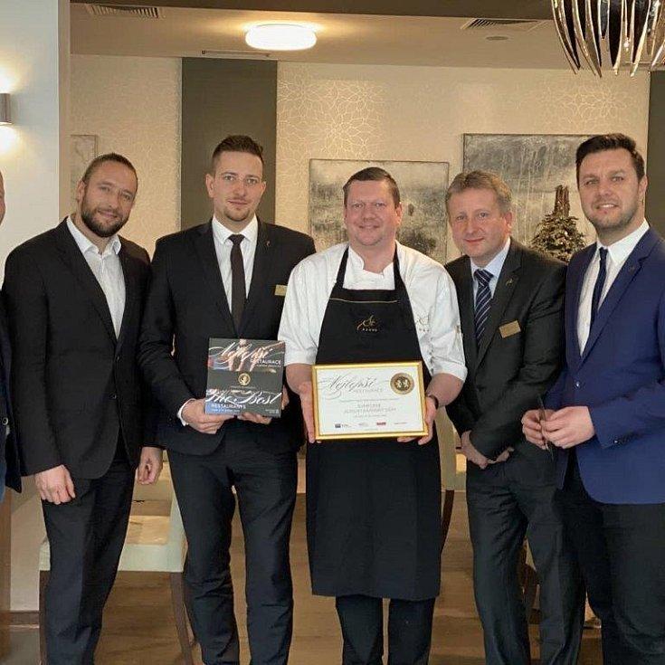 Petr Borák s kolegy přebírá ocenění 2 zlaté lvy pro nejlepší restauraci