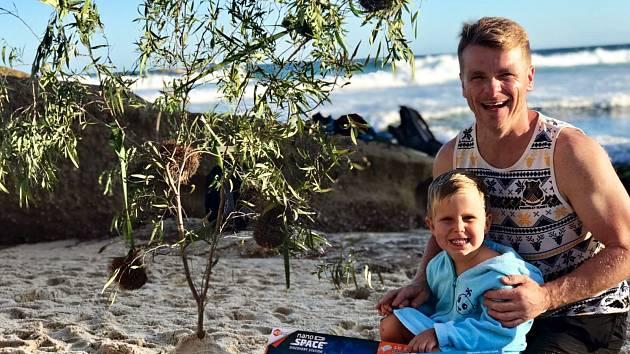 Petr Býma z Hodslavic postavil na australské pláži Bronte v Sydney vánoční stromeček pro malého Olivera, syna kamarádky.