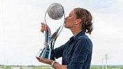 Tenistka Barbora Strýcová s trofejí pro světovou jedničku ve čtyřhře