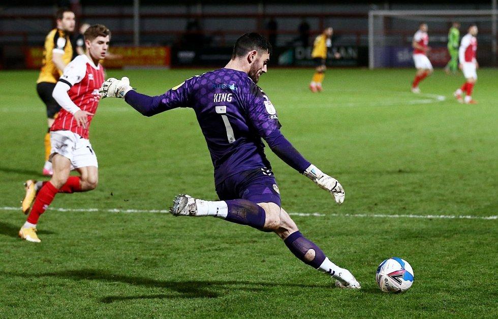 Brankář Tom King hájící branku Newportu vstřelil gól přes celé hřiště.