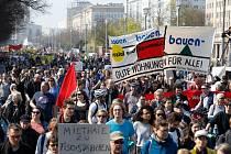 Lidé v Berlíně a dalších německých městech vyšli protestovat proti rostoucím cenám nájmů.