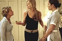 Natasha Richardsonová (uprostřed) ve filmu Krásná pokojská.