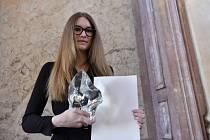 Kateřina Vernerová, dcera šikanované učitelky Ludmily Vernerové ze Střední průmyslové školy Na Třebešíně v Praze, která zemřela loni v lednu, převzala od ministryně školství Kateřiny Valachové 28. března v Senátu ocenění in memoriam pro svou matku.