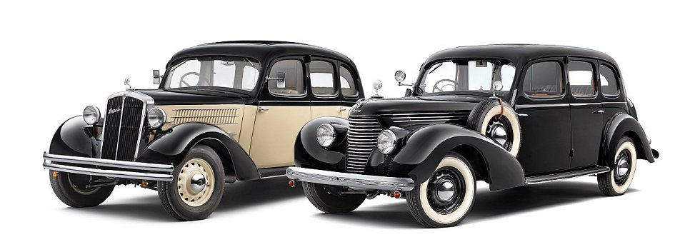 Škoda Superb 640 z roku 1935 (vlevo) a Superb 3000 OHV z roku 1939.
