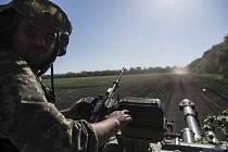 Ukrajinský voják na obrněném vozidle u Doněcku