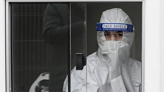 Odběrové místo pro testy na nákazu koronavirem v německém Kolíně nad Rýnem, 15. října 2020