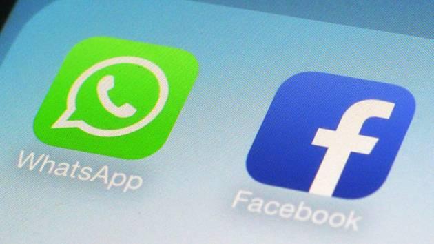 Ikonky aplikací Facebook a Whatsapp na mobilním telefonu.