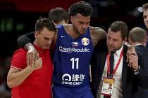 Zraněný český basketbalista Blake Schilb opouští palubovku v doprovodu asistentů během utkání MS s Brazílií.