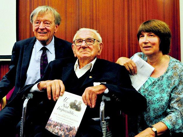 SE SVÝM ZACHRÁNCEM. Alfred Dubs (vlevo) by bez vlaku vypraveného Nicholasem Wintonem (vpravo) zřejmě nepřežil. Útěk z nacisty okupované Prahy má stále v živé paměti.