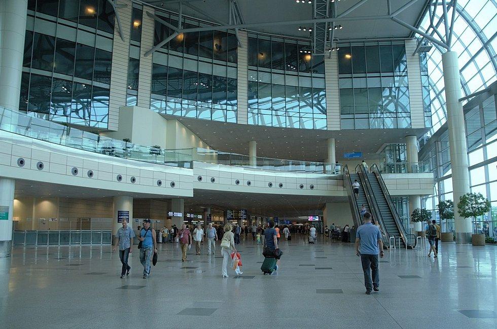 V příletové hale bylo v době útoku několik set lidí