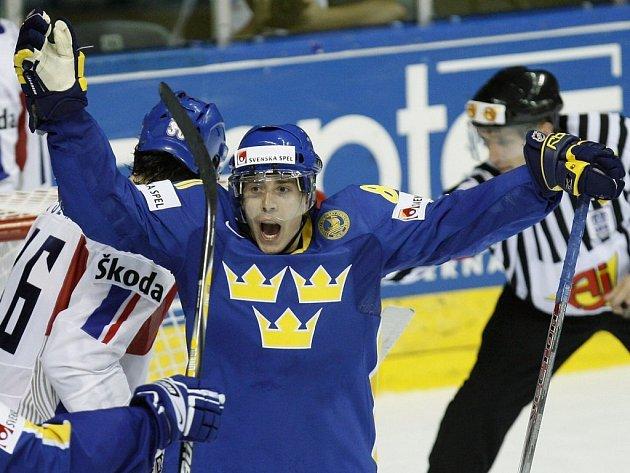 Mattias Weinhandl se raduje z branky, která rozhodla čtvrtfinále MS v hokeji mezi ČR a Švédskem.