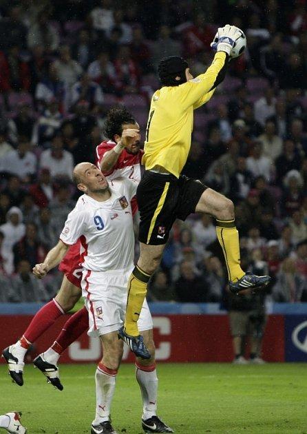 Petr Čech stahuje míč.