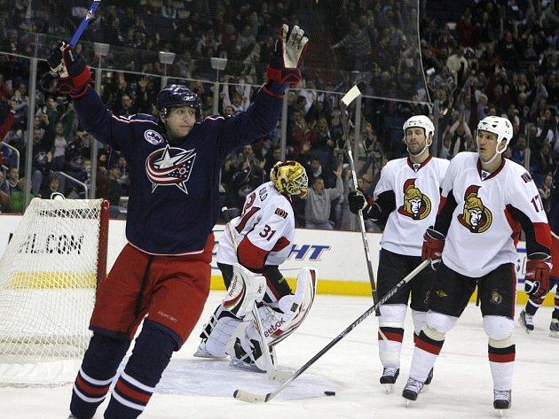 Jakub Voráček (vlevo) se v NHL raduje z gólu.