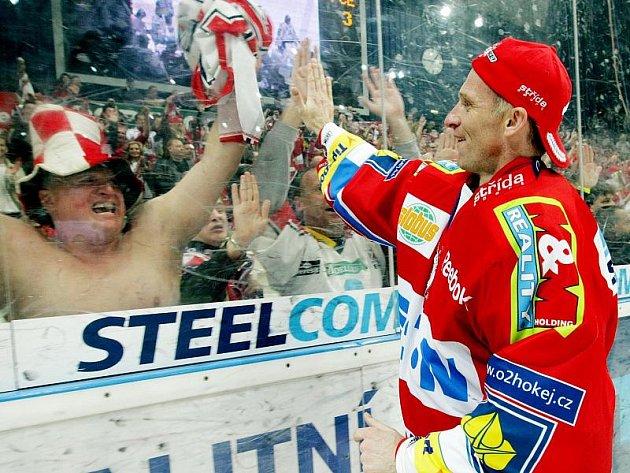 Veterán Dominik Hašek dovedl Pardubice k ligovému titulu.