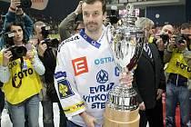Jiří Burger s pohárem pro extraligové vicemistry.