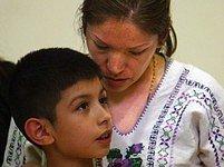 Elvira Arellanová se synem, který zůstává v USA.