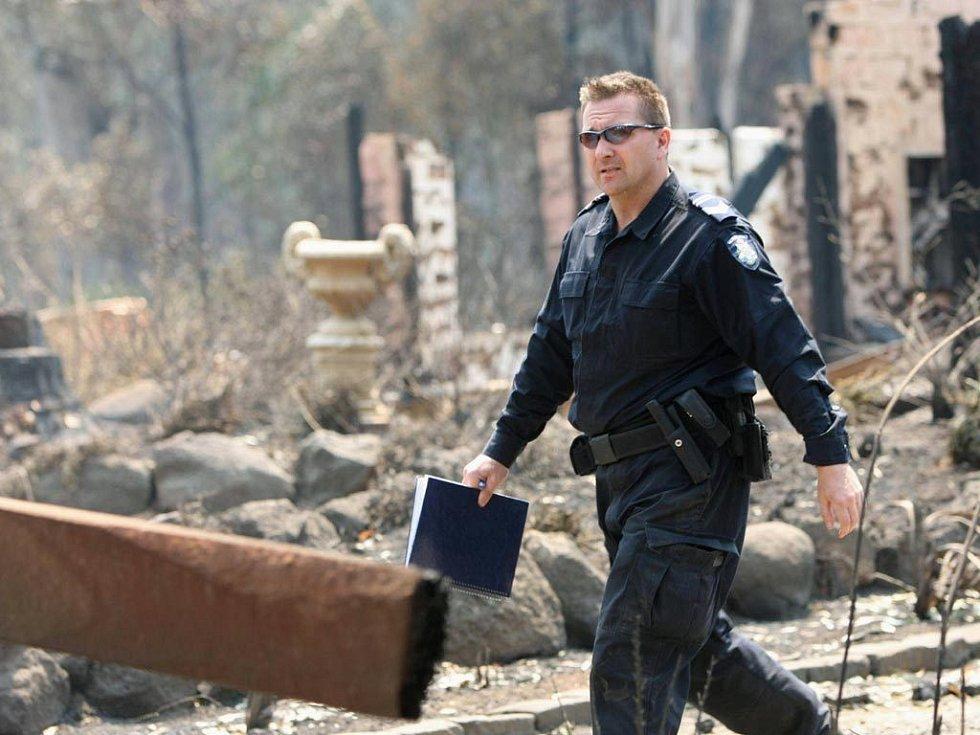 Přestože se v pondělí situace zlepšila, i tak s ohnivým živlem zápasily desítky tisíc hasičů a vojáků.