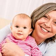 Rodičovský příspěvek by podle návrhu TOP 09 měl mít možnost čerpat vedle matky nebo otce i prarodič dítěte.