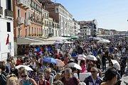 Přeplněné uličky a chodníky kolem laguny. To je obrázek Benátek téměř 24 hodin denně.