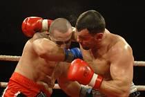 Galavečer profesionálního boxu Round 13 v Top Hotelu Praha; Roman Kracík (vpravo) a Roman Klučar.