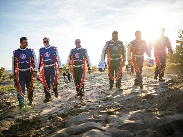 Vzhůru na Dakar. Obě české posádky týmu Tatra Buggyra Racing pilotů Martina Kolomého (třetí zprava) a Jaroslava Valtra (vlevo)  jsou připraveny vyrazit na Rallye Dakar.