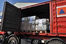 Čtyři kamiony, přívěs, sanitka a doprovodná vozidla se 40 tunami humanitární pomoci České republiky dorazily na Ukrajinu.