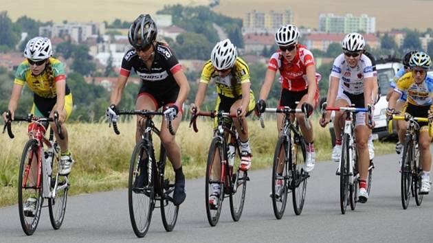 Cyklistka Barbora Průdková (čtvrtá zleva).