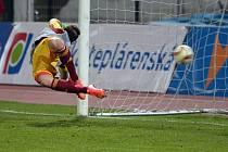 Ondřej Vrzal  z Dukly Praha musel zastoupit vyloučeného brankáře Filipa Radu, na penaltu Sparty ale nestačil.