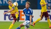 Bořek Dočkal ze Sparty (vlevo) pálí proti Schalke.