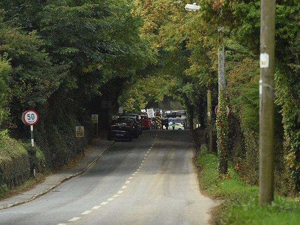 Hasičské a policejní vozy v Carrickmines jižně od Dublinu, kde při požáru zahynulo devět lidí.