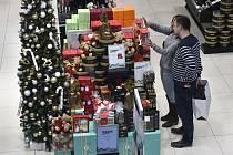 Vánoční nákupy (na archivním snímku)