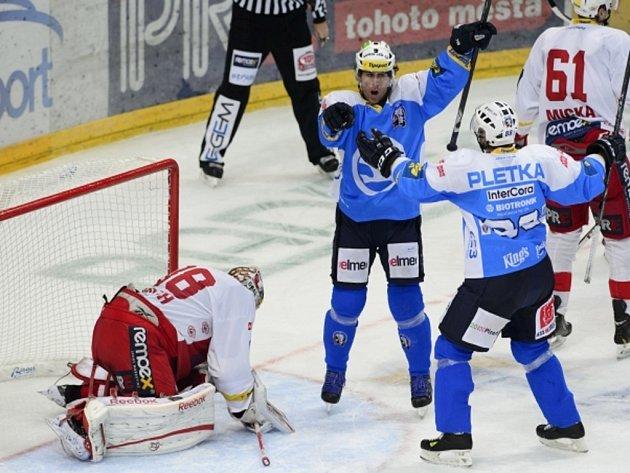Hokejisté Plzně Václav Pletka (vpravo) a Radek Duda (uprostřed)se radují z gólu proti Slavii, vlevo je překonaný brankář Dominik Furch.