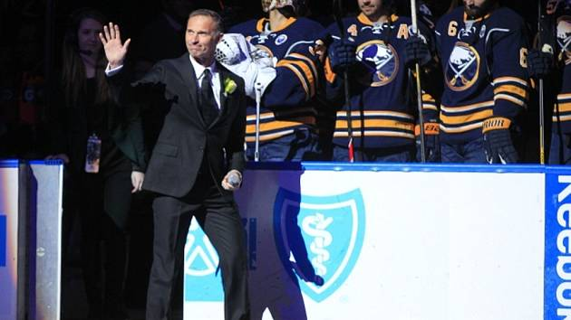 Legendární Dominik Hašek během ceremoniálu, při kterém Buffalo vyvěsilo jeho číslo 39 ke stropu haly.