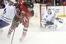 Pavel Zacha z New Jersey (vpředu) při debutu v NHL proti Torontu.