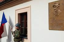 Na nádvoří zámku v Poděbradech na Nymbursku byla 6. října slavnostně odhalena pamětní deska představitele protikomunistického odboje Milana Paumera, který před dvěma lety zemřel.