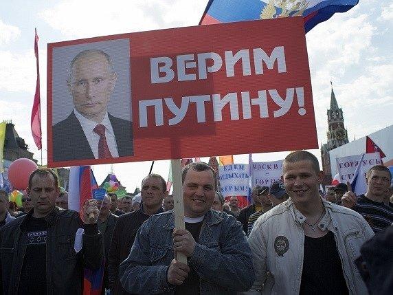 Desítky tisíc lidí slaví na Rudém náměstí v Moskvě.