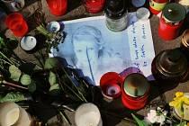 Pietní místo před domem zesnulé zpěvačky Ivety Bartošové.