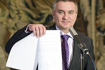 Prezidentův kancléř Vratislav Mynář po tři čtvrtě roku ve funkci požádal o prověrku na stupeň přísně tajné.