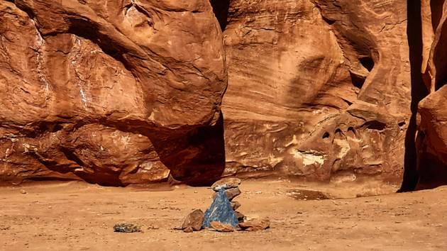 Záhadný lesklý kvádr, který byl spatřený v odlehlé poušti na jihovýchodě Utahu před dvěma týdny, je pryč
