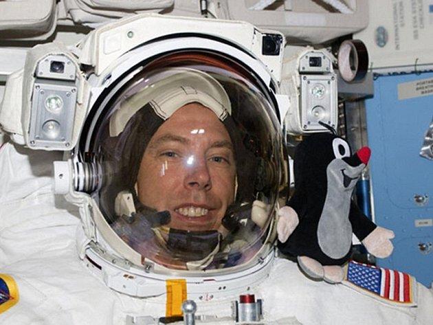Astronaut Andrew Feustel si do vesmíru vzal postavičku legendárního Krtečka.