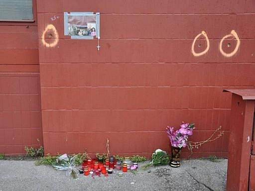 Na místě bratislavského masakru zapalují lidé svíčky