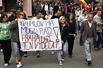V Moravském Krumlově na Znojemsku se v neděli 25. července 2010 konal protest proti stěhování Slovanské epopeje. Obří plátna malíře Alfonse Muchy by se v pondělí měla začít balit a stěhovat do Prahy, jíž je umělec odkázal.