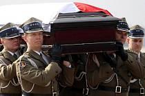 Letadlo z Ruska přivezlo Kaczyńského ostatky na varšavské letiště Okencie. Na letišti čekali nejvyšší představitelé země a nejdůležitější církevní hodnostáři.