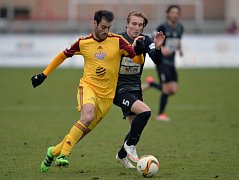 Dukla - Jablonec: Nestor (vlevo) v souboji o míč s Matějem Hanouskem