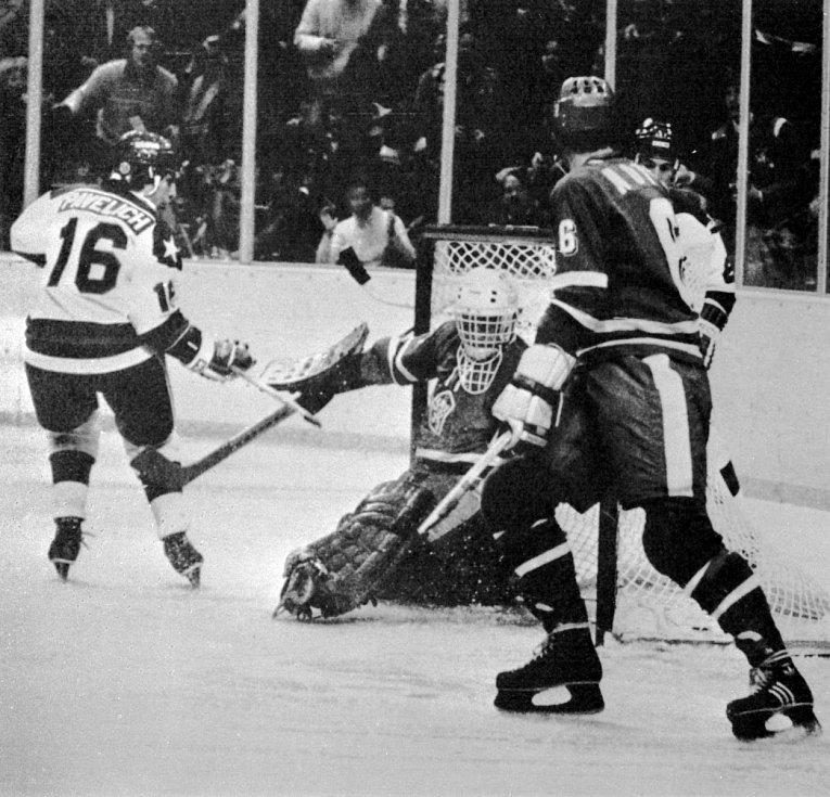Mark Pavelich v akci během olympiády v roce 1980 (v zápase s Československem