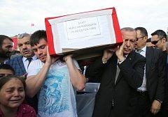 Turecký prezident Recep Tayyip Erdogan na pohřbu turecké ženy, zabité výbuchem bomby