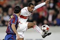 Hráč Stuttgart Cacau (vpravo) v souboji s Rafaelem Marquezem z Barcelony v osmifinále Ligy mistrů.