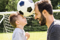 Otec se synem hrají fotbal