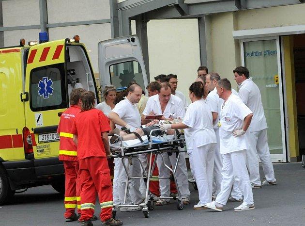 Desítky zraněných pacientů po tragické nehodě rychlíku u Studénky přijímají nemocnice v celé kraji. Povolali také zdravotníky, kteří měli dnes volno.