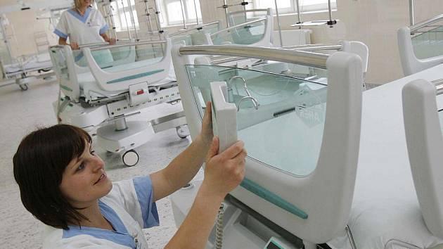 V pondělí 17. května bylo slavnostně otevřeno nové dětské oddělení českobudějovické nemocnice. Na snímku zdravotní sestra Lucie Vejvodová na jednotce intenzívní a resuscitační péče.